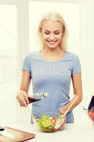 Stock fotó: Mosolygó · nő · főzés · zöldség · saláta · otthon · egészséges · étkezés