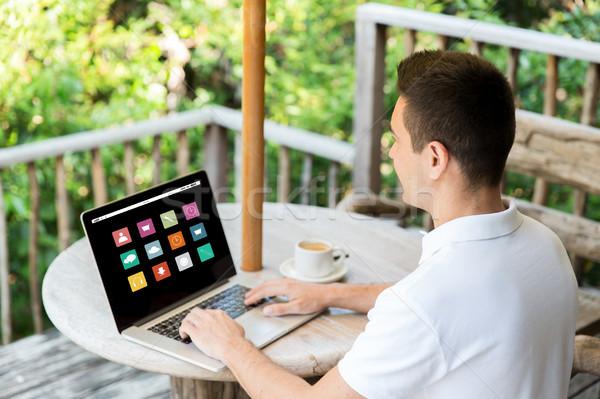 Közelkép üzletember laptop terasz üzletemberek média Stock fotó © dolgachov