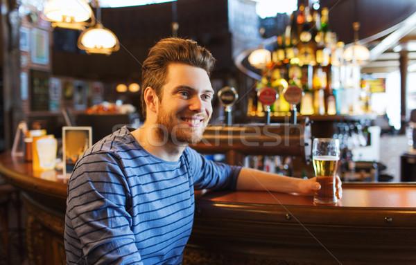 Glücklich Mann trinken Bier bar Veröffentlichung Stock foto © dolgachov