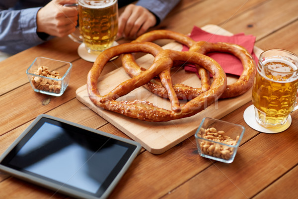Man drinken bier zoute krakelingen pub Stockfoto © dolgachov