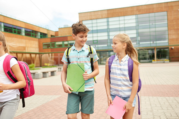 Csoport boldog általános iskola diákok sétál elsődleges Stock fotó © dolgachov