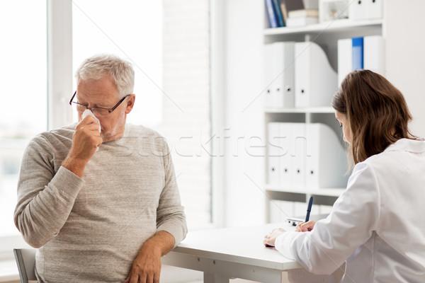 старший человека врач заседание больницу медицина Сток-фото © dolgachov