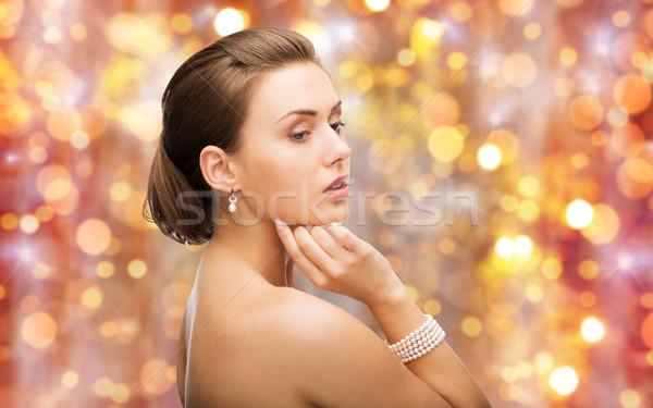Bella donna perla orecchini bracciale bellezza lusso Foto d'archivio © dolgachov