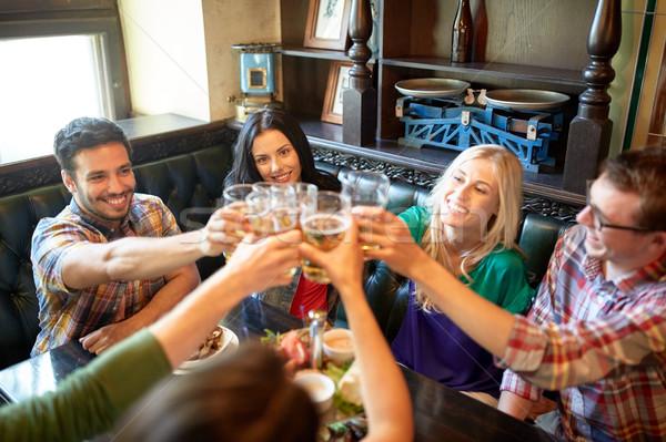 счастливым друзей питьевой пива Бар Паб Сток-фото © dolgachov