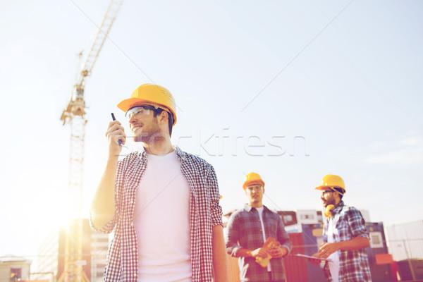 Grupo sorridente construtores rádio negócio edifício Foto stock © dolgachov