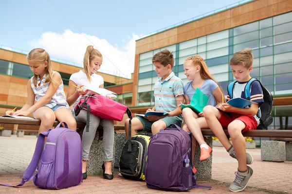 Foto stock: Grupo · feliz · escuela · primaria · estudiantes · aire · libre · primario