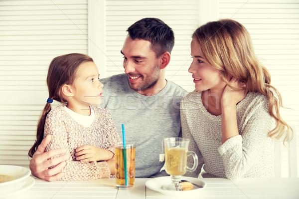 Szczęśliwą rodzinę obiedzie restauracji Kafejka rodziny rodzicielstwo Zdjęcia stock © dolgachov