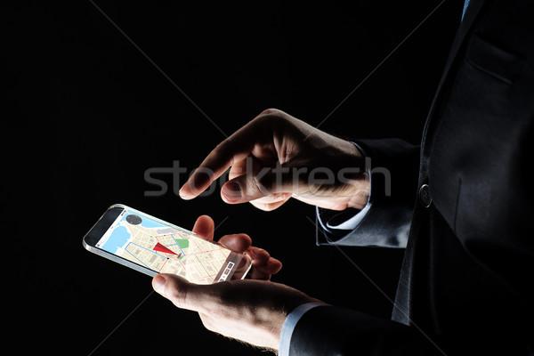 Biznesmen GPS Pokaż smartphone działalności Zdjęcia stock © dolgachov