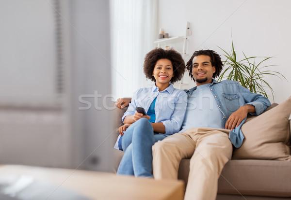 Sorridere Coppia remote guardare tv home Foto d'archivio © dolgachov