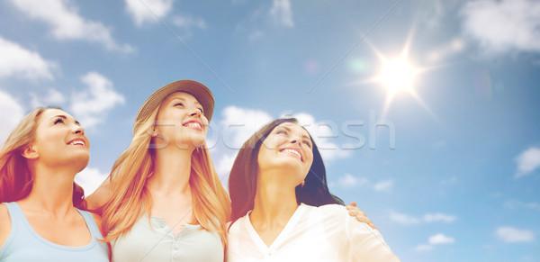 Gruppo felice sorridere donne amici cielo Foto d'archivio © dolgachov