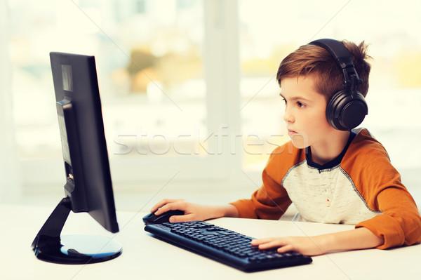 Stock fotó: Fiú · számítógép · fejhallgató · otthon · szabadidő · oktatás