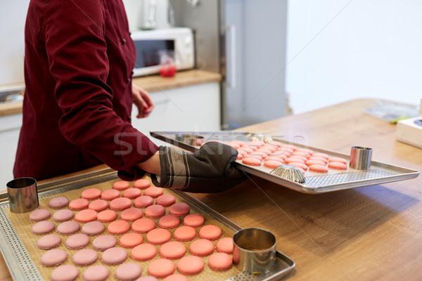 Chef macarons forno bandeja confeitaria cozinhar Foto stock © dolgachov