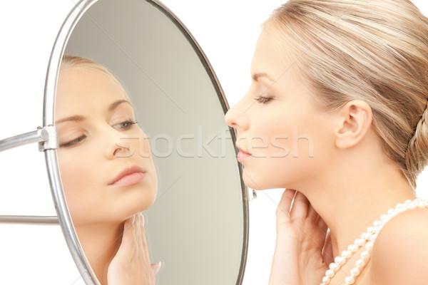 Gyönyörű nő gyöngy gyöngyök tükör kép nő Stock fotó © dolgachov
