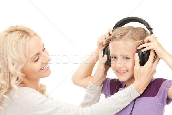 Mutter kleines Mädchen Kopfhörer Bild Mädchen lächelnd Stock foto © dolgachov