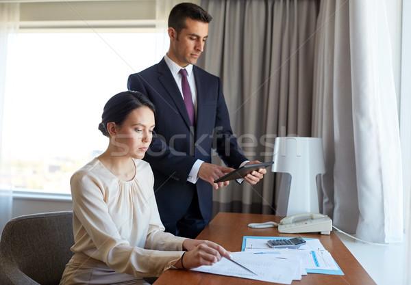 Equipe de negócios documentos trabalhando quarto de hotel pessoas de negócios trabalho em equipe Foto stock © dolgachov
