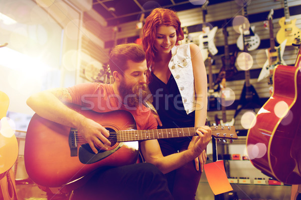 Paar muzikanten spelen gitaar muziek store Stockfoto © dolgachov