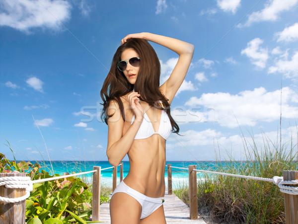 Model poseren witte bikini zomer vakantie Stockfoto © dolgachov