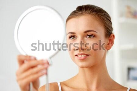 Glimlachende vrouw naar spiegel gezondheid vrouw Stockfoto © dolgachov
