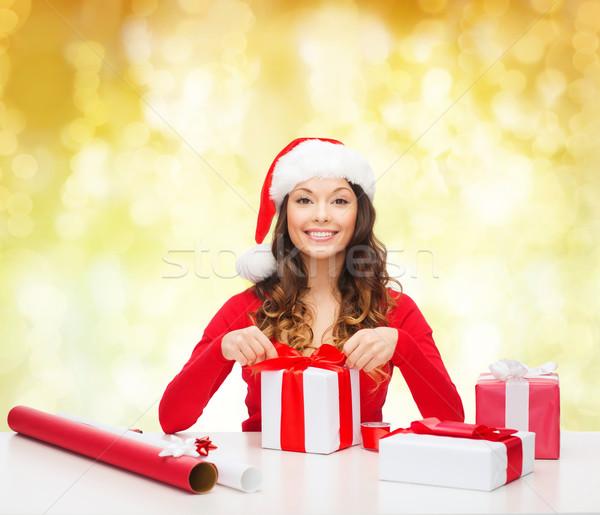 Gülümseyen kadın yardımcı şapka hediyeler Stok fotoğraf © dolgachov