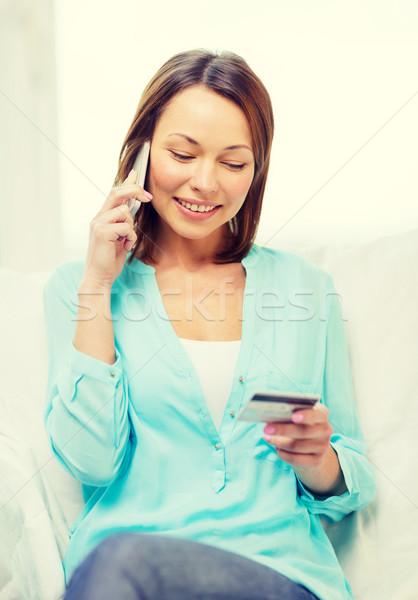 Donna sorridente smartphone home tecnologia internet seduta Foto d'archivio © dolgachov