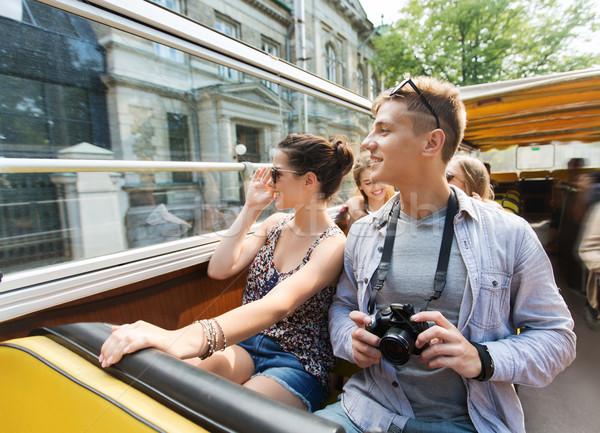 Sonriendo Pareja cámara gira autobús Foto stock © dolgachov