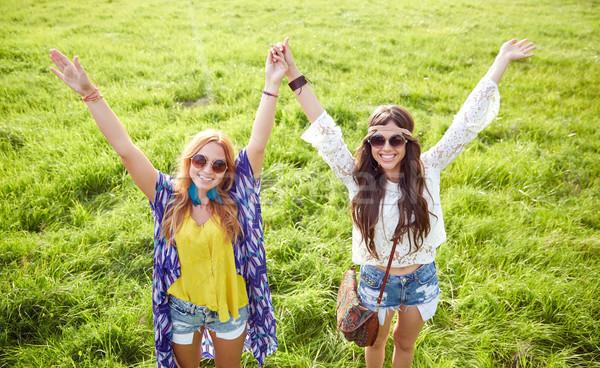 Mosolyog fiatal hippi nők tánc zöld Stock fotó © dolgachov