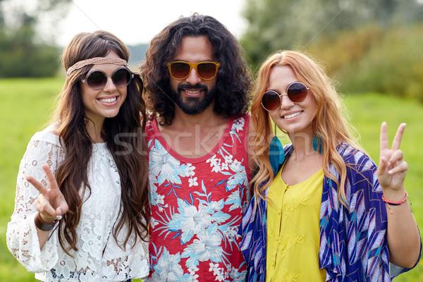 Szczęśliwy młodych hippie znajomych pokoju Zdjęcia stock © dolgachov