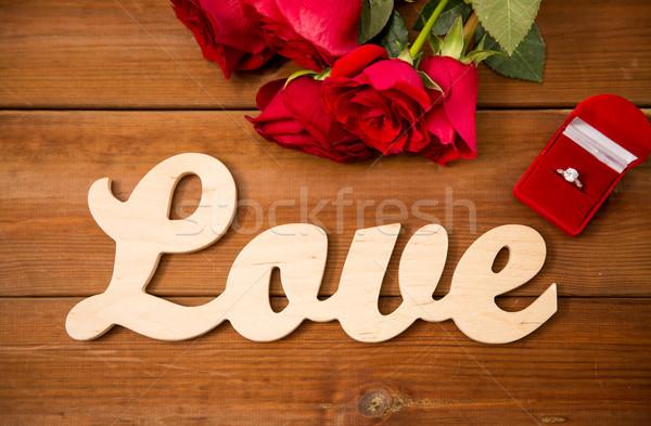 Bague en diamant roses rouges mot amour proposition Photo stock © dolgachov