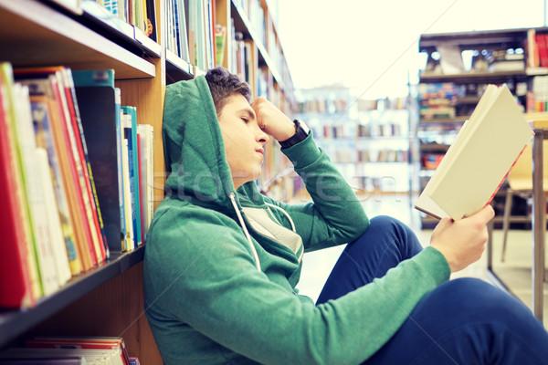 Stock foto: Studenten · Junge · junger · Mann · Lesung · Buch · Bibliothek