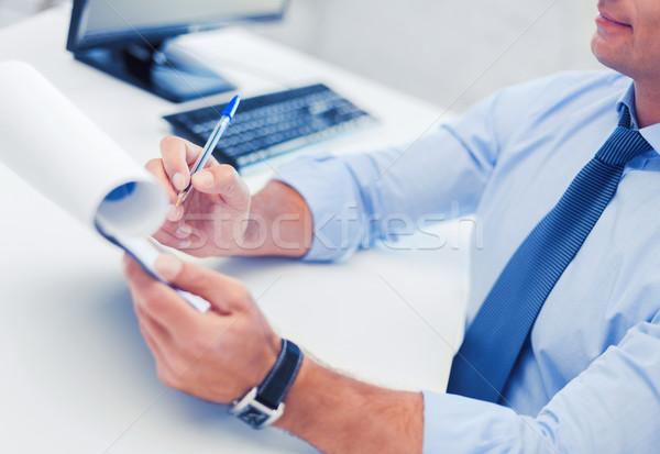 Zakenman werken ondertekening papieren business kantoor Stockfoto © dolgachov
