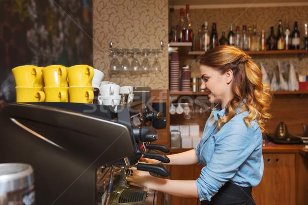 Barista vrouw koffie machine cafe Stockfoto © dolgachov
