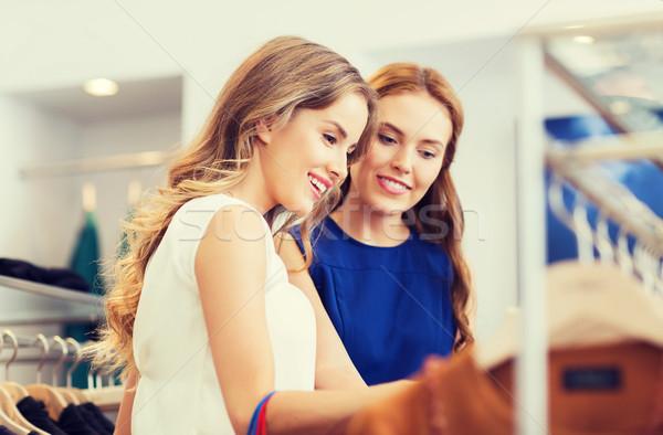 Gelukkig vrouwen kiezen kleding kleding winkel Stockfoto © dolgachov