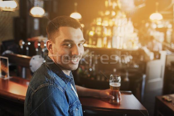 Felice uomo bere birra bar pub Foto d'archivio © dolgachov