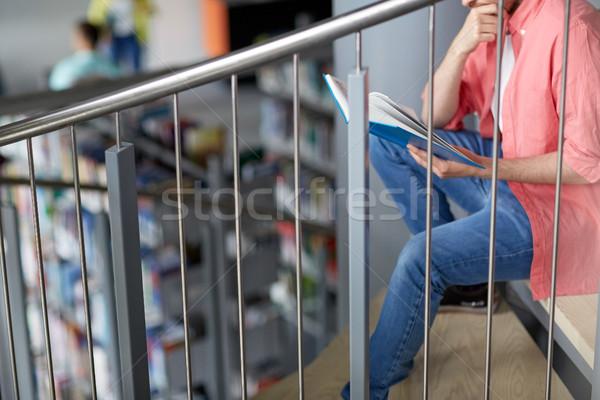 Student man lezing boek bibliotheek Stockfoto © dolgachov