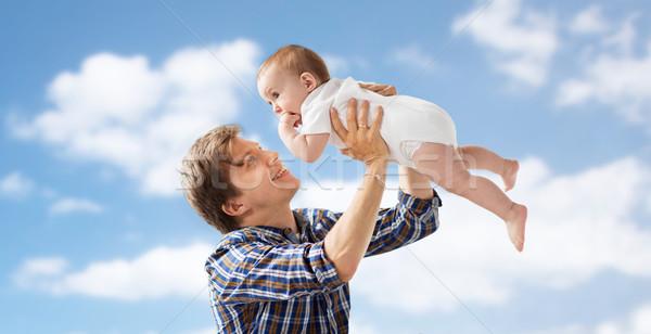 счастливым молодые отец играет ребенка Blue Sky Сток-фото © dolgachov