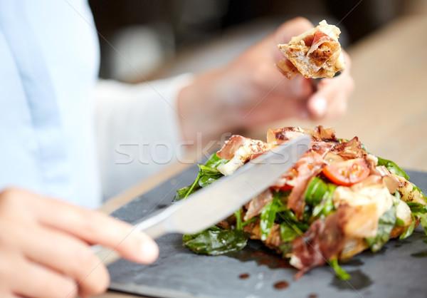 Kobieta jedzenie prosciutto szynka Sałatka jedzenie w restauracji Zdjęcia stock © dolgachov