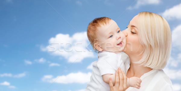 Heureux mère baiser adorable bébé famille Photo stock © dolgachov