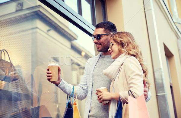 Boldog pár bevásárlótáskák kávé város vásár Stock fotó © dolgachov