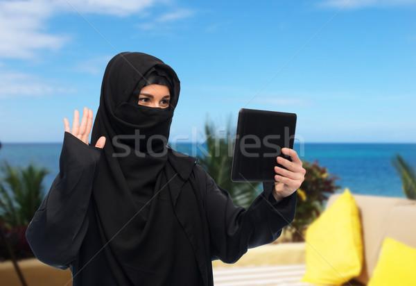 Muszlim nő hidzsáb táblagép chat technológia Stock fotó © dolgachov