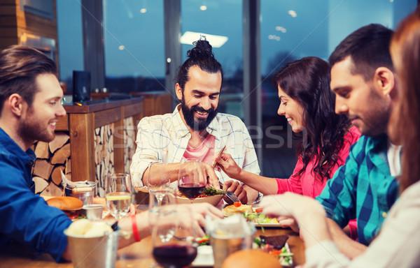 Barátok eszik kóstolás étel étterem szabadidő Stock fotó © dolgachov
