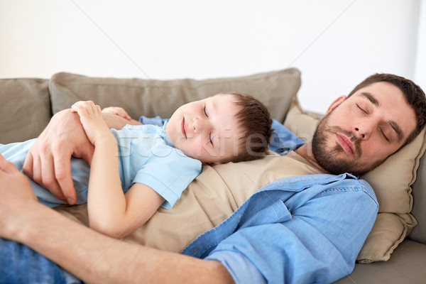 Felice figlio di padre dormire divano home famiglia Foto d'archivio © dolgachov