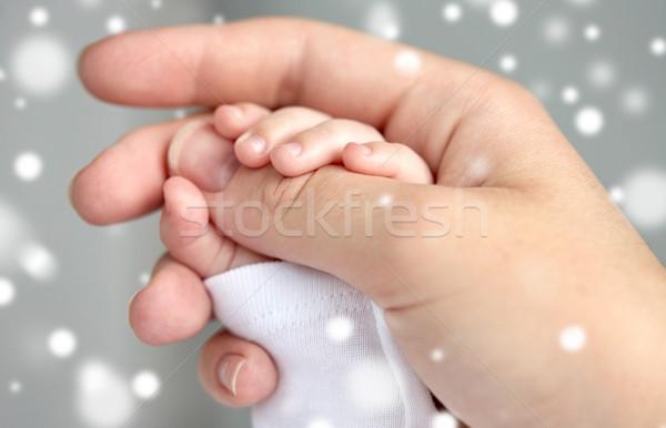 Közelkép anya újszülött baba kezek család Stock fotó © dolgachov
