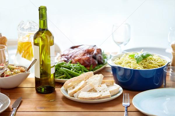 Bottiglia vino alimentare servito tavolo in legno ringraziamento Foto d'archivio © dolgachov