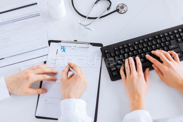 Lekarza pielęgniarki piśmie recepta papieru zdjęcie Zdjęcia stock © dolgachov