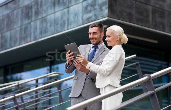 Stock fotó: Mosolyog · üzletemberek · táblagép · kint · üzlet · együttműködés