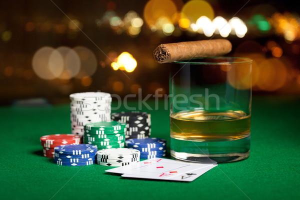 Zdjęcia stock: Chipy · karty · whisky · cygara · tabeli