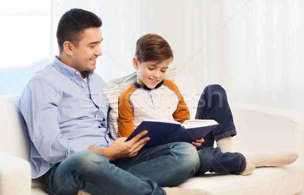 Felice figlio di padre lettura libro home famiglia Foto d'archivio © dolgachov