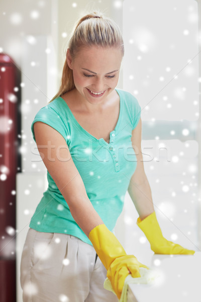 Gelukkig vrouw schoonmaken tabel home keuken Stockfoto © dolgachov