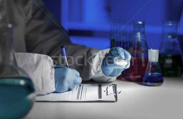 Közelkép tudós ír teszteredmények labor tudomány Stock fotó © dolgachov
