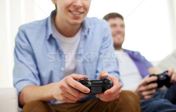 Vrienden spelen video games home vriendschap Stockfoto © dolgachov